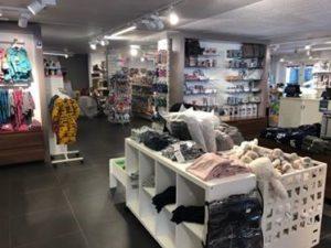Barnekl챈r og barneutstyr. Bilde av lokalene til butikken Alt p책 stell.