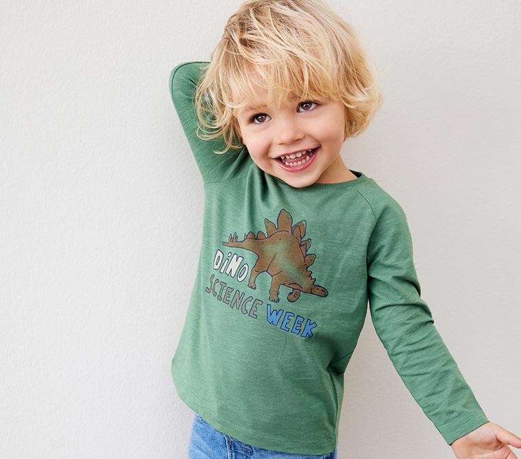 Gutt med gr첩nn genser, barnekl챈r