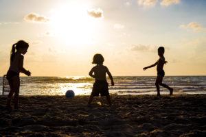 barn på stranda,