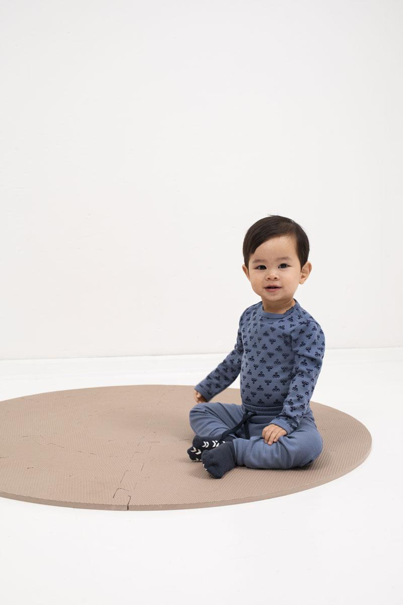 bambus ull til sm책 barn fra Hummel, gutt i bl책 bambuskl챈r